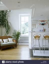eine moderne offene wohnzimmer mit retro styling holz leder