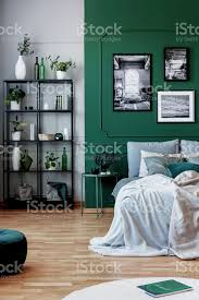 galerie schwarz und weiß plakat auf grüne wand hinter kingsizebett mit kissen und decke stockfoto und mehr bilder behaglich