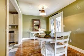 esstisch im wohnzimmer mit grüne wand und weißen französisch tür gesetzt