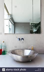 rundes edelstahl waschbecken unter spiegel im modernen bad