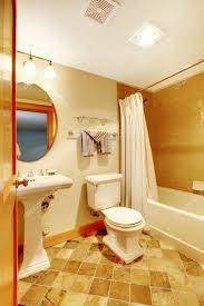 warmes goldenes badezimmer mit natürlichen fliesen