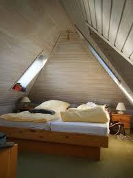 kleines schlafzimmer unter dem dach ferienwohnungen haus