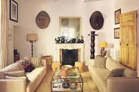 gegenüberstehende sofas im wohnzimmer in bild kaufen
