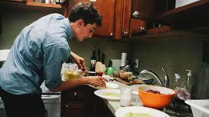 etudiant cuisine un étudiant ouvre un restaurant dans sa chambre universitaire