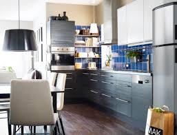 anthrazitfarbene einbauküche und blaue fliesen in mo