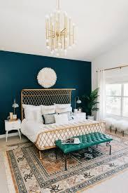 schlafzimmer dekorieren bett retro teppich blaue wand