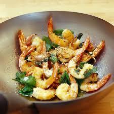 cuisiner les gambas wok de gambas au basilic recette le wok les recettes et
