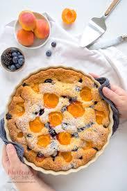 schneller blitzkuchen mit brombeere blaubeeren und aprikosen
