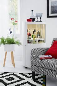kontrastreiches wohnzimmer in rot grau bild kaufen