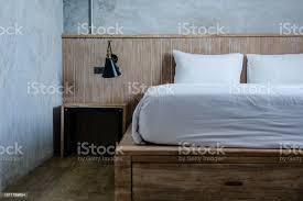 neutrale schlafzimmer holzbett graue wände stockfoto und mehr bilder anzünden