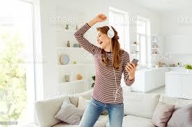 portrait verrückt lustig funky positive fröhliche hören soundtracks haben kopf set gefühl zufrieden inhalt tragen trendige gestreifte hemd
