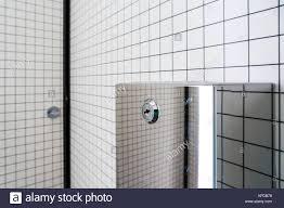 schwarze und weiße badezimmer inneren weißen kacheln
