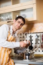 mann in der küche stockfotos freeimages