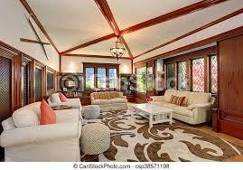 luxuriöses wohnzimmer mit eingebauten möbeln gewölbter