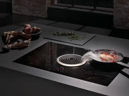 cuisiner avec l induction table de cuisson à induction en vitrocéramique avec hotte intégrée