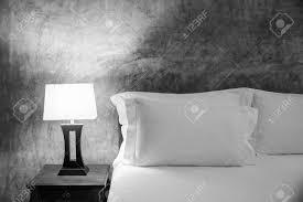 le und bett im schlafzimmer schwarz weiß farbe