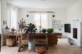 alte werkbank und zierkohl im wohnzimmer bild kaufen