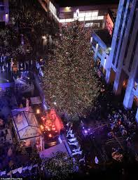 Rockefeller Plaza Christmas Tree Lighting 2017 by Rockefeller Christmas Tree Lights Up And Officially Kicks Off The