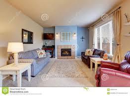 nettes wohnzimmer mit blauen wänden und teppich stockbild