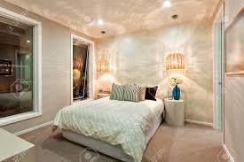 moderne schlafzimmer wände wunderschön mit dem muster eines lichts das durch die bambus oder rattan len kam beleuchtet das zimmer hat ein