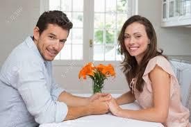 les amoureux de la cuisine vue latérale portrait d un d amoureux se tenant la