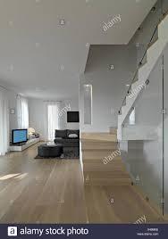 nterior blick auf modernes wohnzimmer mit staricase und
