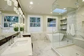 erstaunlich weißen und grauen marmor master bad mit großen glas begehbare dusche freistehende badewanne und dachfenster an der decke northwest usa