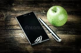 le bureau verte bureau avec le téléphone intelligent et la pomme verte photo stock