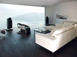 wohnzimmer in weiß und braun mit wandfüllendem
