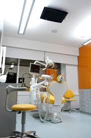 bureau coloré bureau moderne dentiste coloré chair plafond tv image stock
