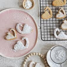die schönsten schwanen kekse aus einer herz form gezaubert