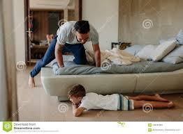 vater und sohn die verstecken im schlafzimmer spielen