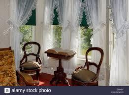 vintage sonnigen wohnzimmer mit erker und gardinen robert