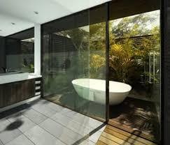 luxus badezimmer holz mit hofgarten und außenbadewanne