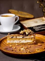 ein stück kuchen mit schokoladenüberzug und nüssen serviert