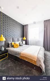 moderne grau und gelb schlafzimmer innenraum mit bequemen