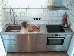 en nisch med ett kök i industristil och en passade rostfri