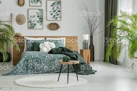 runder teppich in grün schlafzimmer stockfoto und mehr bilder accessoires