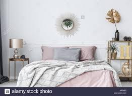 elegante rosa und gold schlafzimmer innenraum mit sonne