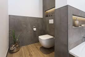 badezimmer mit beton holzoptik und indirekter beleuchtung
