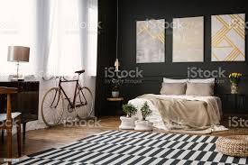 moderne schlafzimmer mit schwarzen wand stockfoto und mehr bilder bett