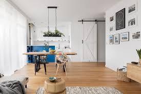 helles wohnzimmer mit küche weiß mit blauen akzenten reno