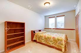 warm einfaches schlafzimmer mit falttüren begehbarer kleiderschrank teppichboden und holzmöbel