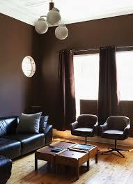 elegantes wohnzimmer mit dunkelbraun bild kaufen