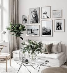 schwarzweiße bilderwand weißes interiör eichenrahmen