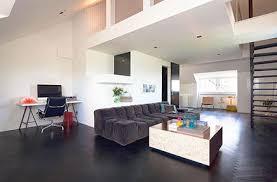 wohnzimmer mit dunkelbraunen boden fischgrät wohnideen