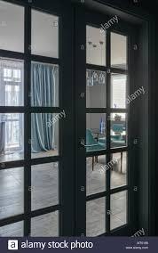 klassische wohnzimmer blick durch die glastür