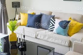 kerzenständer und grünpflanze auf schwarzen tisch in moderne wohnzimmer stockfoto und mehr bilder baum