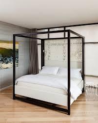chambre baldaquin avec un lit à baldaquin moderne
