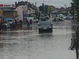 Wade Floor Drains Uk by Eu Referendum Voters Wade Through Water As Floods Hit South East